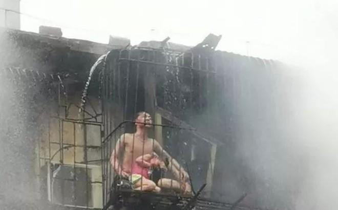 Người mẹ qua đời vì cứu con trong trận hỏa hoạn, nhưng hình ảnh sau khi đám cháy được dập tắt mới khiến mọi người ám ảnh