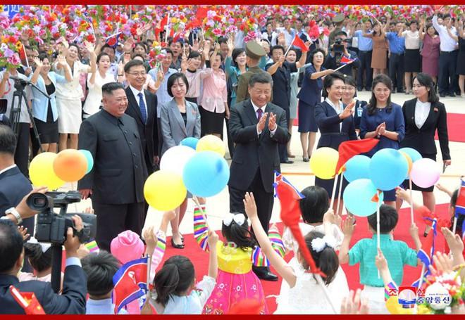 Hình ảnh ấn tượng trong chuyến công du Triều Tiên đầu tiên của ông Tập Cận Bình - Ảnh 4.