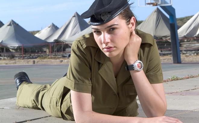 Các cô gái xinh đẹp của quân đội Israel trên sa mạc nóng bỏng