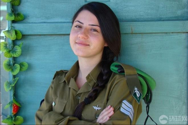 Các cô gái xinh đẹp của quân đội Israel trên sa mạc nóng bỏng - Ảnh 1.