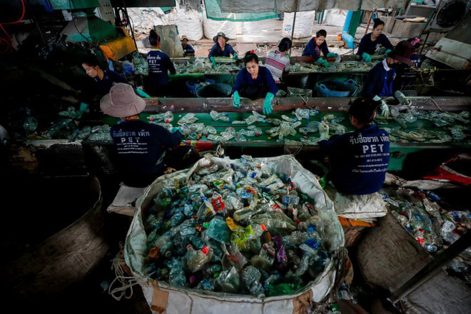 Câu chuyện cuộc đời của 3 chiếc chai nhựa: Tùy vào cách hành xử của bạn, Trái đất sẽ có những cái kết khác nhau - Ảnh 2.