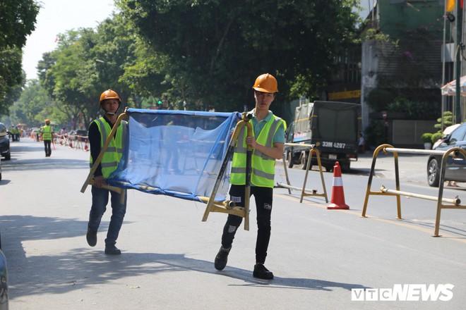 Ảnh: Rào chắn đường Trần Hưng Đạo để xây nhà ga ngầm tuyến Metro Nhổn - Ga Hà Nội - Ảnh 1.