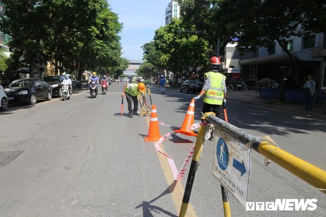 Ảnh: Rào chắn đường Trần Hưng Đạo để xây nhà ga ngầm tuyến Metro Nhổn - Ga Hà Nội - Ảnh 2.