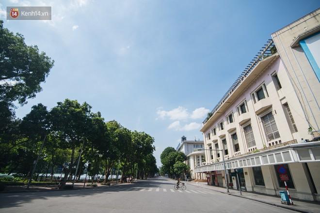 Chùm ảnh: Phố đi bộ hồ Gươm vắng tanh trong ngày nắng nóng kinh hoàng ở Hà Nội - Ảnh 1.