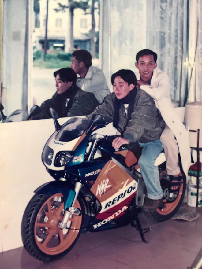 Ông bố rich kid thập niên 90 hot nhất MXH: Mặc đồ cool ngầu, cưỡi motor hầm hố làm bao cô điêu đứng - Ảnh 1.
