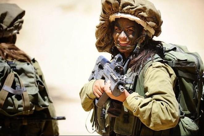 Các cô gái xinh đẹp của quân đội Israel trên sa mạc nóng bỏng - Ảnh 12.