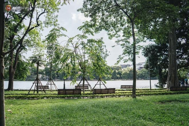 Chùm ảnh: Phố đi bộ hồ Gươm vắng tanh trong ngày nắng nóng kinh hoàng ở Hà Nội - Ảnh 12.