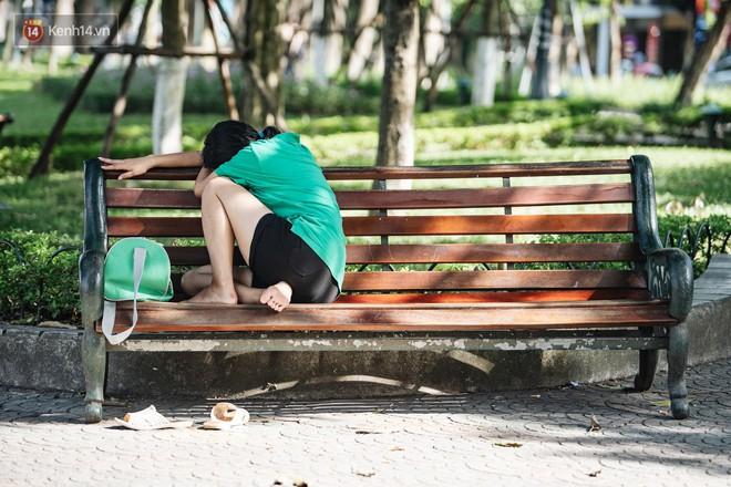 Chùm ảnh: Phố đi bộ hồ Gươm vắng tanh trong ngày nắng nóng kinh hoàng ở Hà Nội - Ảnh 13.