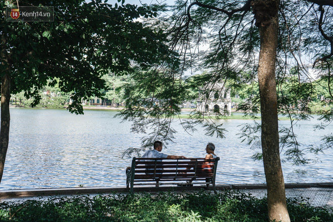 Chùm ảnh: Phố đi bộ hồ Gươm vắng tanh trong ngày nắng nóng kinh hoàng ở Hà Nội - Ảnh 15.