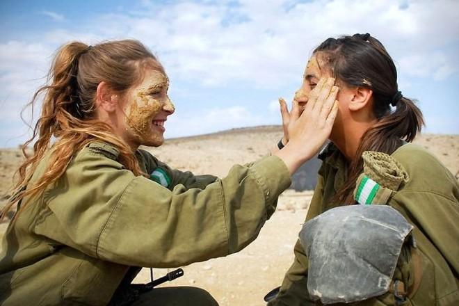 Các cô gái xinh đẹp của quân đội Israel trên sa mạc nóng bỏng - Ảnh 3.