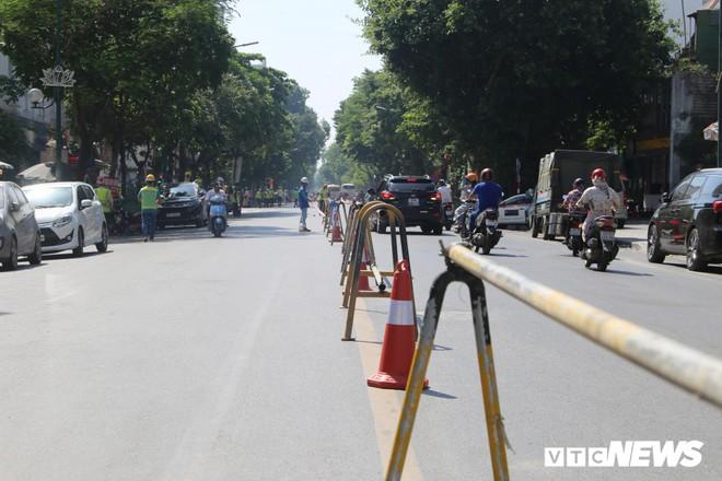 Ảnh: Rào chắn đường Trần Hưng Đạo để xây nhà ga ngầm tuyến Metro Nhổn - Ga Hà Nội - Ảnh 3.