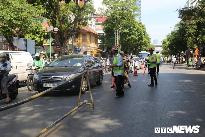 Ảnh: Rào chắn đường Trần Hưng Đạo để xây nhà ga ngầm tuyến Metro Nhổn - Ga Hà Nội - Ảnh 4.