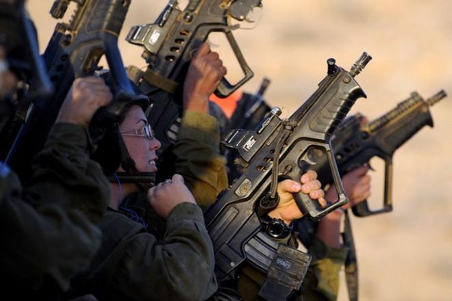 Các cô gái xinh đẹp của quân đội Israel trên sa mạc nóng bỏng - Ảnh 5.