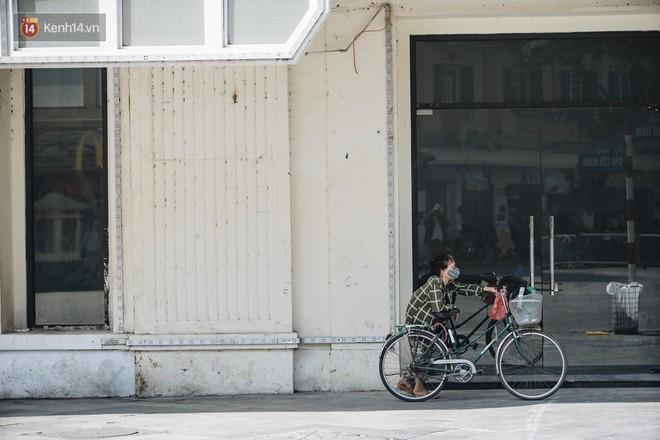 Chùm ảnh: Phố đi bộ hồ Gươm vắng tanh trong ngày nắng nóng kinh hoàng ở Hà Nội - Ảnh 6.