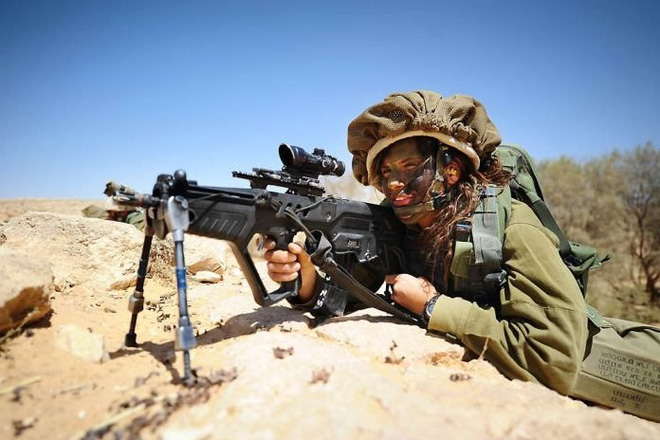 Các cô gái xinh đẹp của quân đội Israel trên sa mạc nóng bỏng - Ảnh 7.