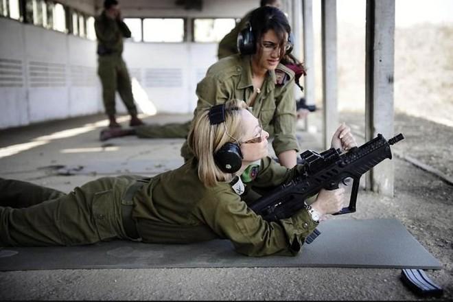 Các cô gái xinh đẹp của quân đội Israel trên sa mạc nóng bỏng - Ảnh 8.