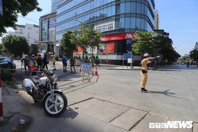 Ảnh: Rào chắn đường Trần Hưng Đạo để xây nhà ga ngầm tuyến Metro Nhổn - Ga Hà Nội - Ảnh 8.