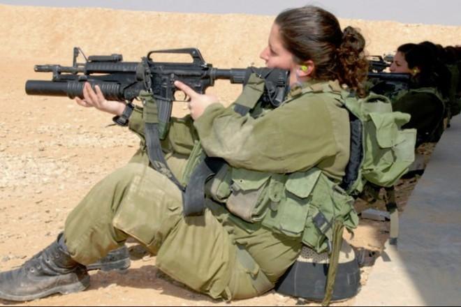 Các cô gái xinh đẹp của quân đội Israel trên sa mạc nóng bỏng - Ảnh 9.
