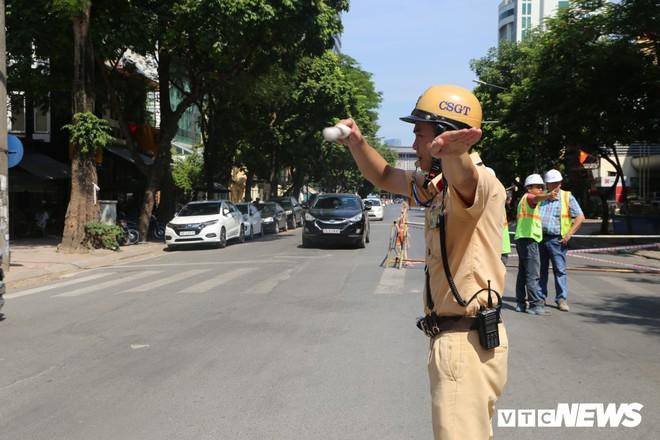 Ảnh: Rào chắn đường Trần Hưng Đạo để xây nhà ga ngầm tuyến Metro Nhổn - Ga Hà Nội - Ảnh 9.