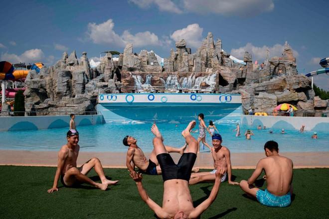 7 ngày qua ảnh: Người dân Triều Tiên giải nhiệt trong công viên nước - Ảnh 2.