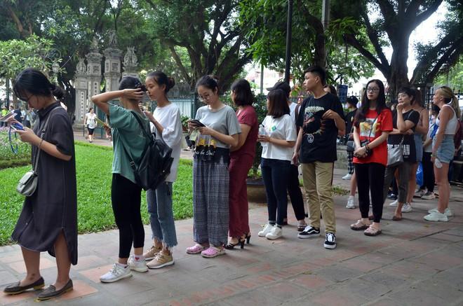 Sĩ tử, phụ huynh xếp hàng dài mua vé vào Văn Miếu cầu may trước ngày thi THPT - Ảnh 1.