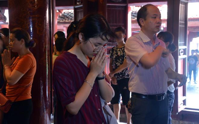 Sĩ tử, phụ huynh xếp hàng dài mua vé vào Văn Miếu cầu may trước ngày thi THPT - Ảnh 5.