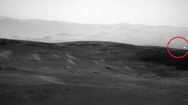 Bí ẩn ánh sáng trắng kỳ quái xuất hiện chớp nhoáng trên sao Hỏa - Ảnh 1.