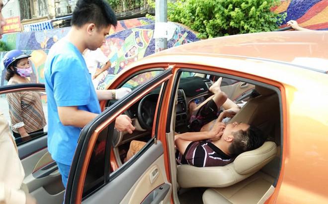 Xe Kia morning lao lên vỉa hè, 2 người ngồi bên trong nằm lăn ra ngủ