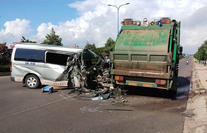 Tài xế chở 11 người buồn ngủ, tông mạnh xe rác đỗ ven đường ở Mũi Né - Ảnh 1.