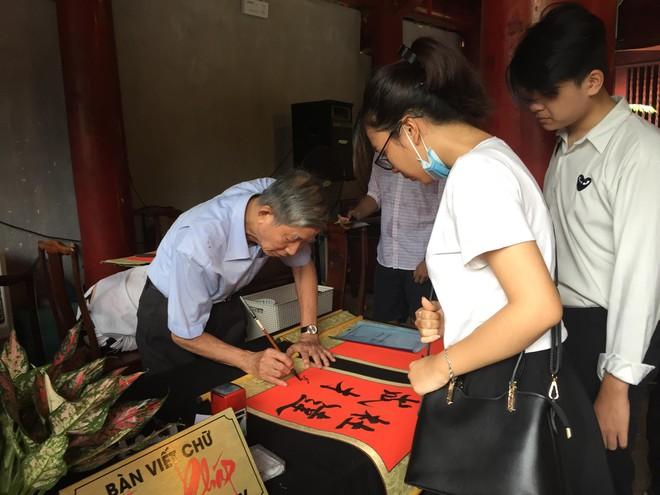 Sĩ tử, phụ huynh xếp hàng dài mua vé vào Văn Miếu cầu may trước ngày thi THPT - Ảnh 12.
