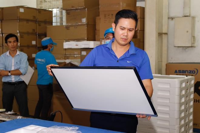 Chủ tịch Asanzo Phạm Văn Tam tự tay lắp tivi trong tâm bão nhập nhèm xuất xứ sản phẩm - Ảnh 2.