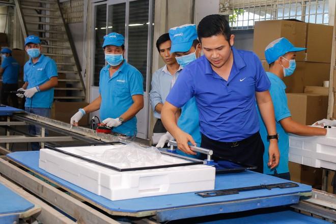 Chủ tịch Asanzo Phạm Văn Tam tự tay lắp tivi trong tâm bão nhập nhèm xuất xứ sản phẩm - Ảnh 4.
