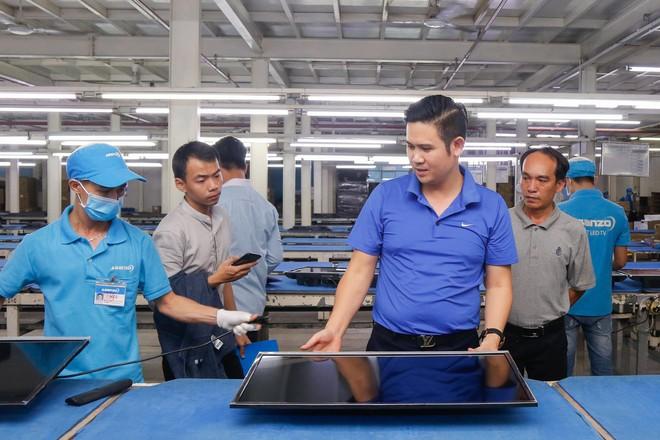 Chủ tịch Asanzo Phạm Văn Tam tự tay lắp tivi trong tâm bão nhập nhèm xuất xứ sản phẩm - Ảnh 7.