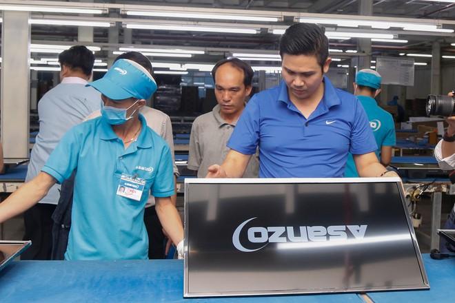 Chủ tịch Asanzo Phạm Văn Tam tự tay lắp tivi trong tâm bão nhập nhèm xuất xứ sản phẩm - Ảnh 8.