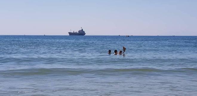 Sáng thứ Hai, hình ảnh 3 người trên bãi biển Mỹ Khê khiến dân mạng xúc động  - Ảnh 3.