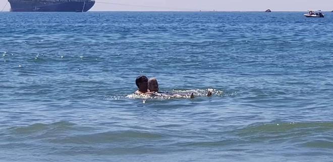 Sáng thứ Hai, hình ảnh 3 người trên bãi biển Mỹ Khê khiến dân mạng xúc động  - Ảnh 4.