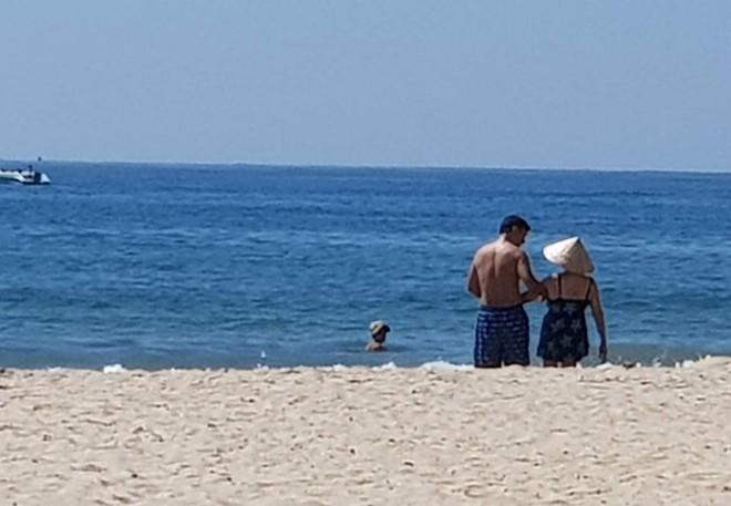 Sáng thứ Hai, hình ảnh 3 người trên bãi biển Mỹ Khê khiến dân mạng xúc động  - Ảnh 2.