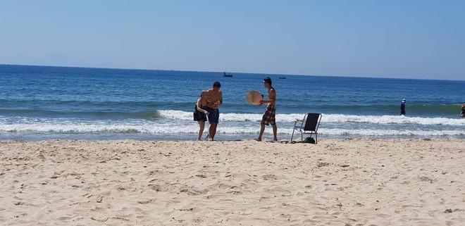 Sáng thứ Hai, hình ảnh 3 người trên bãi biển Mỹ Khê khiến dân mạng xúc động  - Ảnh 6.