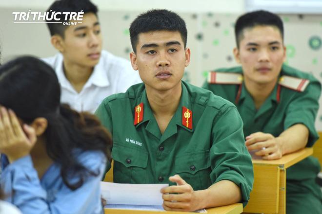 Gần 2.000 điểm thi làm thủ tục dự thi THPT QG 2019 cho gần 900.000 thí sinh trên cả nước - Ảnh 9.