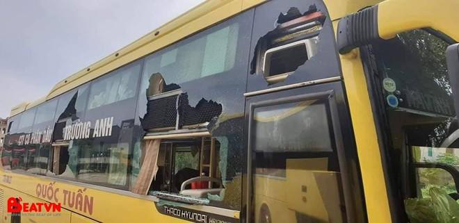 Kính xe khách bị ném đá vỡ tan tành, nhóm thủ phạm khiến dân mạng bất ngờ vì độ tuổi quá trẻ - Ảnh 1.