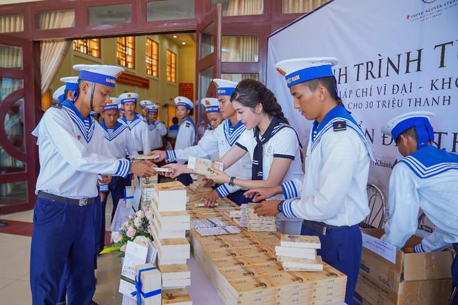 Trao tặng hơn 10 ngàn cuốn sách quý đến cán bộ, chiến sĩ  Vùng 4 Hải quân - Ảnh 3.