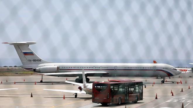 Tàu chiến Nga chất đầy tên lửa cập cảng Cuba, máy bay quân sự đáp xuống Venezuela - Ảnh 2.
