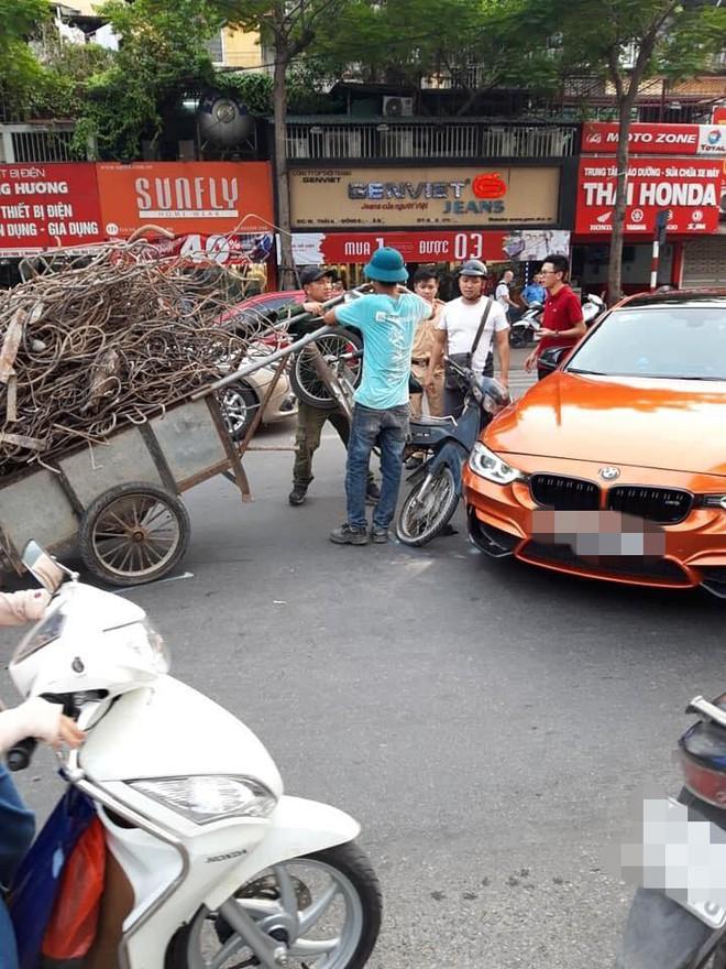 Hiện trường vụ xe máy chở sắt, cắm thẳng đầu vào siêu xe tiền tỷ giữa phố Hà Nội - Ảnh 1.