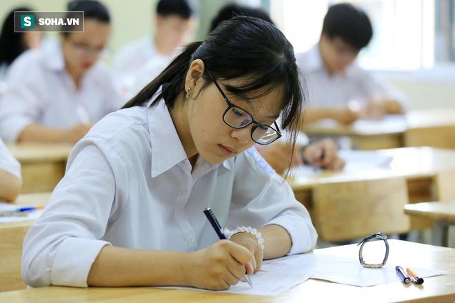 Thời tiết mát mẻ, hơn 75.000 thí sinh Hà Nội thoải mái bước vào môn thi Ngữ văn - Ảnh 9.