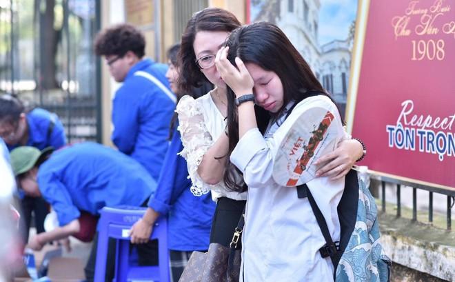 Hình ảnh thí sinh rời phòng thi, khóc ngay khi gặp mẹ bên ngoài khiến bao người nghẹn ngào
