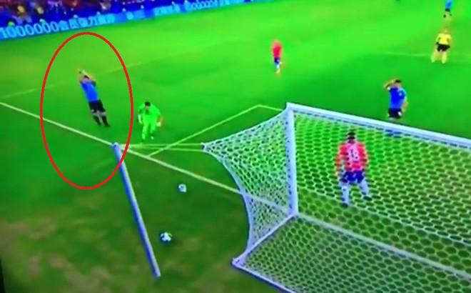 """""""Bệnh nghề nghiệp"""" khó tin của Suarez: Sút bóng trúng tay thủ môn, vẫn kêu gào đòi penalty"""