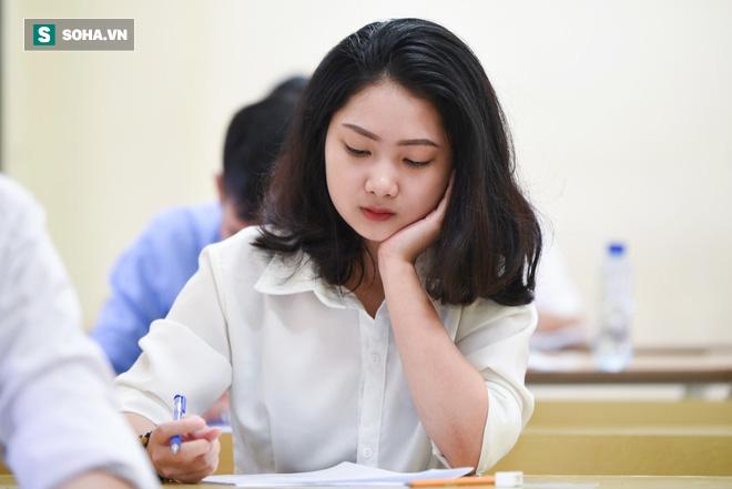 Thời tiết mát mẻ, hơn 75.000 thí sinh Hà Nội thoải mái bước vào môn thi Ngữ văn - Ảnh 7.
