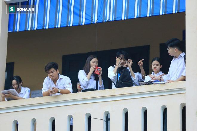 Thời tiết mát mẻ, hơn 75.000 thí sinh Hà Nội thoải mái bước vào môn thi Ngữ văn - Ảnh 2.