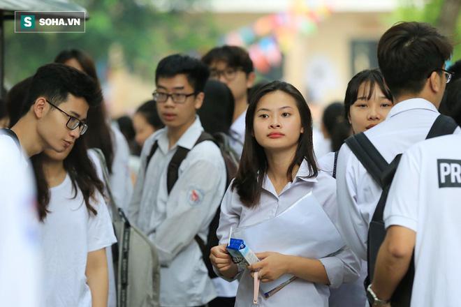 Thời tiết mát mẻ, hơn 75.000 thí sinh Hà Nội thoải mái bước vào môn thi Ngữ văn - Ảnh 1.