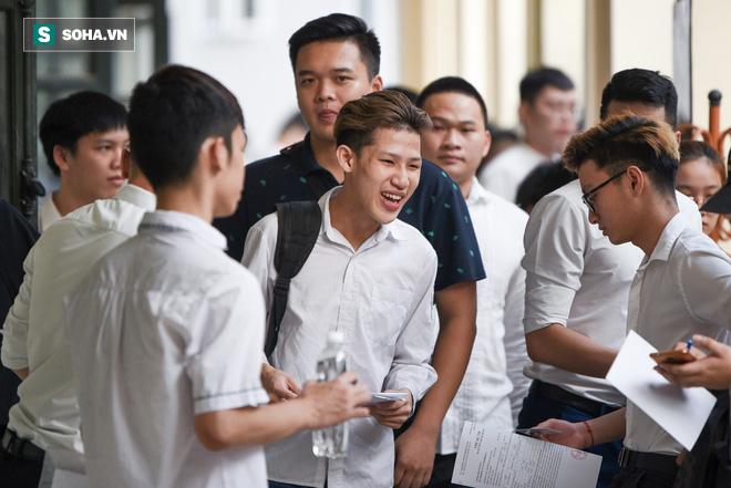 Thời tiết mát mẻ, hơn 75.000 thí sinh Hà Nội thoải mái bước vào môn thi Ngữ văn - Ảnh 4.